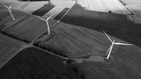 Vue aérienne noire et blanche de champ d'éoliennes photos stock