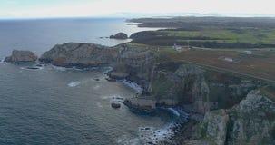 Vue aérienne obtenant plus près du littoral avec beaucoup de falaises banque de vidéos