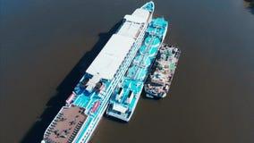 Vue aérienne, péniche remplissante sur la rivière Péniche avec des réservoirs pour le carburant de réapprovisionnement en combust clips vidéos