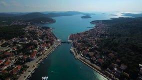 Vue aérienne panoramique au voisinage d'une ville croate pittoresque, divisé par un détroit et relié par un pont clips vidéos