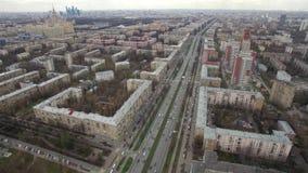 Vue aérienne panoramique d'un des secteurs de Moscou, circulation routière, temps nuageux Paysage urbain urbain de quadrocopter banque de vidéos