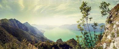 Vue aérienne panoramique d'un lac de montagne images stock