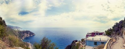 Vue aérienne panoramique de la côte ligurienne photos stock