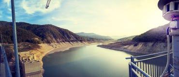 Vue aérienne panoramique du réservoir d'un barrage images libres de droits