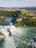 Vue aérienne par le bourdon des chutes du Rhin, le plus grand en Europe photos libres de droits