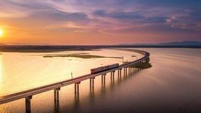 Vue aérienne que le train court sur le pont au-dessus de la PA Sak de rivière Images libres de droits