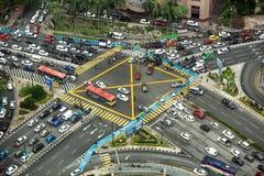 Vue aérienne regardant vers le bas sur l'intersection très occupée avec la circulation dense images stock