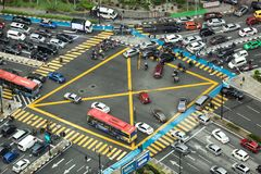 Vue aérienne regardant vers le bas sur l'intersection très occupée avec la circulation dense photos stock