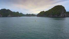 Vue aérienne Rocky Islands Azure Water Boats et canoë dans la baie banque de vidéos