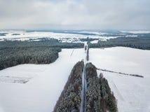 Vue aérienne rurale d'hiver paysage avec des champs, forêt, pré Photos stock