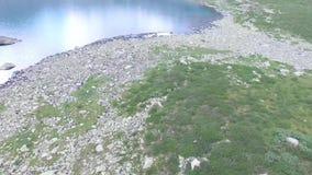 Vue aérienne scénique de turquoise de lac pittoresque Alla-Askyr Montagnes d'Altai clips vidéos