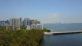 Vue aérienne spectaculaire du bourdon 4k sur le pont énorme en route de route à travers l'océan bleu profond dans le grand horizo banque de vidéos