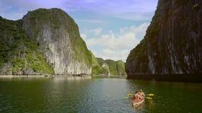 Vue aérienne stupéfiant Rocky Islands People Rest dans le kayak sur la baie clips vidéos