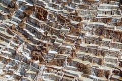 Vue aérienne stupéfiante de la mine de sel de Salineras de Maras dans la vallée sacrée des Inca, région de Cusco, Pérou photos libres de droits