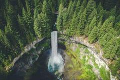 Vue aérienne stylisée de cascade dans la région sauvage de Colombie-Britannique Images stock