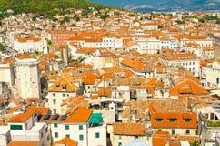 Vue aérienne supérieure de vieux bâtiments fendus de ville, Dalmatie, Croatie image stock