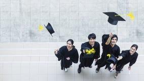 Vue aérienne supérieure des étudiantes de personnes dans le sentiment d'heureux Image libre de droits