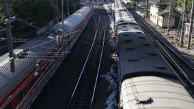 Vue aérienne sur deux trains passant le chemin de fer dans Mumbai banque de vidéos