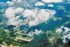 Vue aérienne sur l'aéroport international sous des nuages Photographie stock libre de droits