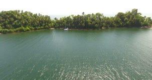 Vue aérienne sur l'atoll exotique avec la forêt l'Océan Atlantique de palmier avec des vagues Endroits à visiter 4K banque de vidéos
