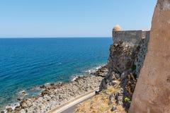 Vue aérienne sur la baie de la mer Méditerranée du mur de la forteresse de Rethymnon, île de Crète, Grèce image libre de droits