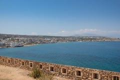 Vue aérienne sur la baie de la mer Méditerranée du mur de la forteresse de Rethymnon, île de Crète, Grèce photos libres de droits
