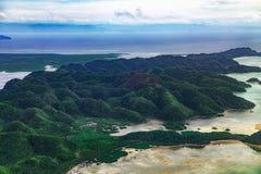 Vue aérienne sur la forêt tropicale de belle de lagunes forme de relief de karst et de palétuvier vert, ligne de marais en île de image stock