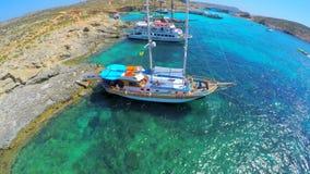 Vue aérienne sur la marina de yacht, Malte Paysage marin merveilleux concept des vacances d'été parfaites banque de vidéos
