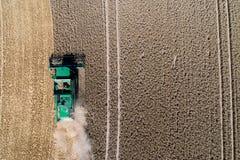 Vue aérienne sur la moissonneuse de cartel travaillant au grand champ de blé en Allemagne photographie stock libre de droits