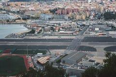 Vue aérienne sur la piste d'aéroport du Gibraltar et douane avec le territoire espagnol Image libre de droits