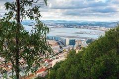 Vue aérienne sur la piste d'aéroport et l'infrastructure de la ville du Gibraltar, territoire d'outre-mer britannique Photographie stock