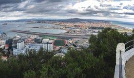 Vue aérienne sur la piste d'aéroport et l'infrastructure de la ville du Gibraltar, territoire d'outre-mer britannique Photos libres de droits