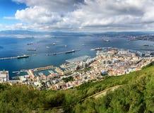 Vue aérienne sur la piste de ville et d'aéroport du Gibraltar et de la ville espagnole de Linea de La sur un fond Photo libre de droits