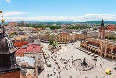 Vue aérienne sur la place centrale et Sukiennice à Cracovie Photographie stock libre de droits