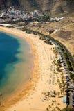 Vue aérienne sur la plage de Teresitas près de Santa Cruz de Tenerife sur les Îles Canaries, Espagne Image stock