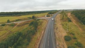 Vue aérienne sur la route près de la forêt banque de vidéos