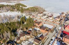 Vue aérienne sur la rue suburbaine près du lac au ressort Images stock