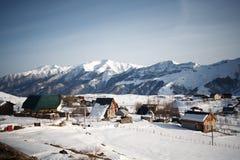 Vue aérienne sur la ville de Gudauri en montagnes de Caucase Photographie stock libre de droits