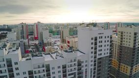 Vue aérienne sur la zone résidentielle Un lotissement nouvellement réalisé dans un arrangement d'été Nouveau domaine aérien avec banque de vidéos