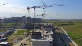 Vue aérienne sur le bâtiment de construction Travailleurs de chantier de construction, antenne, vue supérieure Vue aérienne de ch Photographie stock libre de droits