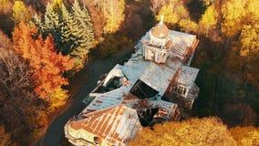 Vue aérienne sur le château et le parc ruinés abandonnés Longueur de couleur d'automne dans la lumière de coucher du soleil banque de vidéos