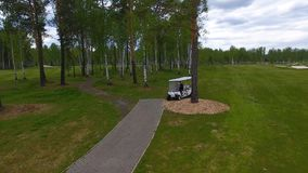 Vue aérienne sur le chariot de golf sur le terrain de golf pendant l'après-midi avec l'espace de copie Club de golf d'élite Photographie stock