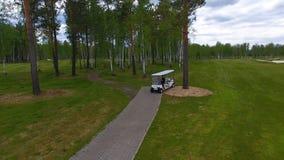 Vue aérienne sur le chariot de golf sur le terrain de golf pendant l'après-midi avec l'espace de copie Club de golf d'élite Images libres de droits