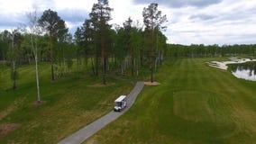 Vue aérienne sur le chariot de golf sur le terrain de golf pendant l'après-midi avec l'espace de copie Club de golf d'élite Photographie stock libre de droits