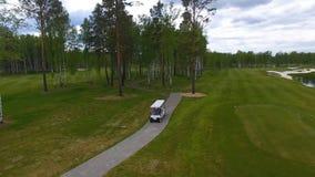 Vue aérienne sur le chariot de golf sur le terrain de golf pendant l'après-midi avec l'espace de copie Club de golf d'élite Photo stock