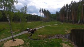 Vue aérienne sur le chariot de golf sur le terrain de golf pendant l'après-midi avec l'espace de copie Club de golf d'élite Photo libre de droits