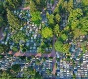 Vue aérienne sur le grand cimetière beaucoup de pierres tombales et d'arbres photos libres de droits