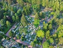 Vue aérienne sur le grand cimetière beaucoup de pierres tombales et d'arbres photographie stock libre de droits