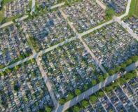 Vue aérienne sur le grand cimetière beaucoup de pierres tombales et d'arbres image libre de droits