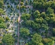 Vue aérienne sur le grand cimetière beaucoup de pierres tombales et d'arbres photographie stock